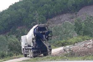 Nghệ An: Xe bồn chở bê tông tươi ngang nhiên xả thải ven Quốc lộ 46