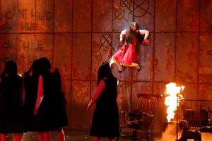 'Ma nữ' quay trở lại sân khấu, đi trên tường như phim kinh dị