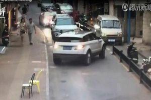 Thót tim clip nữ tài xế bị chính xe ô tô của mình chèn lên người vì quên dừng đỗ