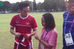 Olympic Việt Nam tặng quà đặc biệt cho nữ phóng viên bị ngã khi tác nghiệp