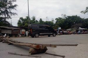 Lại tai nạn thương tâm vì xe chở gỗ dăm chạy ẩu, người dân bức xúc dựng barie chặn đường quốc lộ