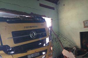 Bình Định: Xe chở gạo mất lái, tông sập tường nhà dân