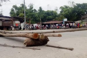 Tức giận xe dăm tông 6 người thương vong, dân chặn gỗ ở QL 24C