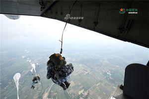 Mục kích lính dù Trung Quốc tập trận với vũ khí hạng nặng