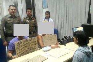 Bắt giữ 2 du khách treo biển xin tiền người qua đường ở Phuket, Thái Lan