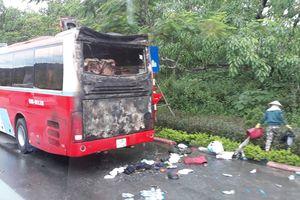 Xe du lịch chở hàng chục khách bốc cháy trên đường