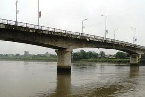 Tìm kiếm thi thể người phụ nữ gieo mình xuống dòng sông Trà Lý