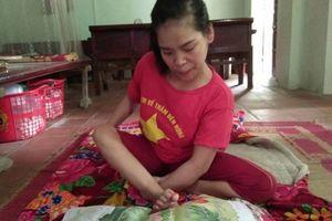 Cảm phục cô gái tật nguyền dành 14 tháng thêu một bức tranh bằng chân