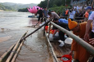 Lào Cai: Thả phóng sinh 100.000 con cá giống xuống sông Hồng