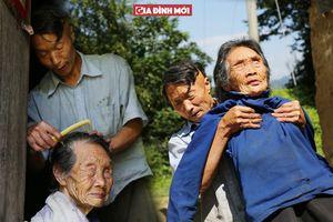 Con trai 54 tuổi chưa lấy vợ vì bận chăm mẹ già 90 khiếm thị