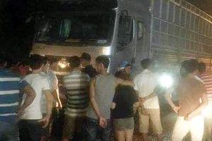 Cứu người bị tai nạn, 6 người bị xe tải tông thương vong