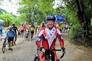 Cựu Đại sứ Mỹ hoàn thành 138 km trong ngày hội đạp xe tại Huế