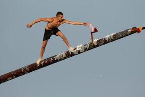 'Chết cười' cuộc thi leo cột bôi trơn bên bờ biển Địa Trung Hải