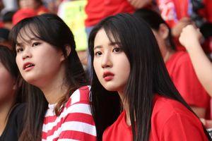 CĐV nữ xinh đẹp của Hàn Quốc hết mình cổ vũ Son Heung-min
