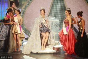 Tân Hoa hậu Hong Kong bị phản ứng vì mặc váy quá ngắn khi đăng quang