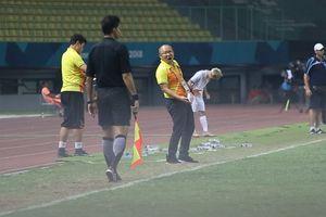 HLV Park thúc giục học trò, phản ứng khi cầu thủ Syria nằm sân