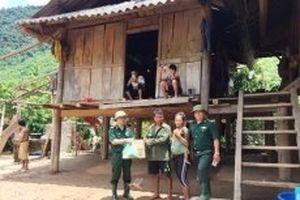 Biên phòng Nghệ An tặng quà đồng bào hai xã biên giới bị cô lập do mưa lũ