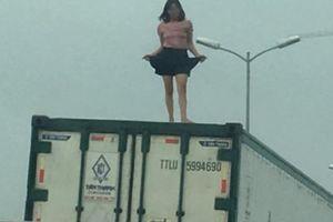 Cô gái nói lý do mặc váy quậy 'tưng bừng' trên nóc xe container