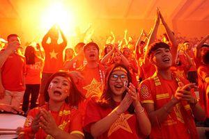 Ảnh, clip: CĐV Hà Nội đội mưa, đốt pháo sáng cổ vũ Olympic Việt Nam