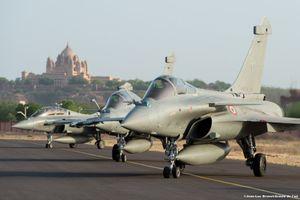 Đội hình máy bay chiến đấu Pháp lần đầu tiên thăm Việt Nam