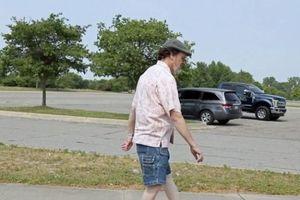 Kỳ lạ người đàn ông xoay ngược chân 180 độ vẫn đi lại bình thường