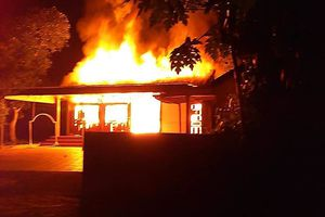 Gia chủ đi vắng, ngôi nhà bốc cháy dữ dội trong đêm
