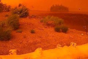 Clip: Sắc cam bao trùm không gian, Canada trông như sao Hỏa