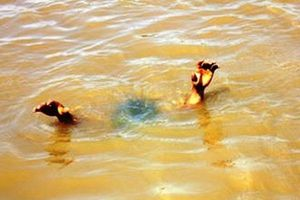 Huy động hàng trăm người tìm bé gái bị nước cuốn mất tích khi ra sông chơi