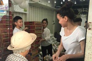 Mới 8 tuổi, Subeo cao lớn chững chạc bưng bê quà giúp mẹ Hà Hồ làm từ thiện