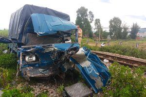 Tàu hỏa húc văng ô tô tải, 2 người trọng thương