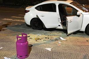 Người đàn ông đập phá hàng loạt ô tô, nghi sử dụng chất kích thích