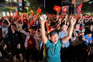 Cổ động viên vỡ òa hạnh phúc trước chiến thắng 1 - 0 của Văn Toàn, Việt Nam tiến thẳng vào bán kết ASIAD 2018