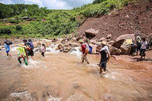 Học sinh vùng cao Nậm Sỏ băng rừng, lội suối tới trường