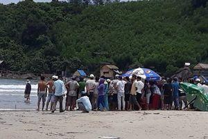 Thừa Thiên-Huế: Tắm biển 2 học sinh bị sóng cuốn trôi