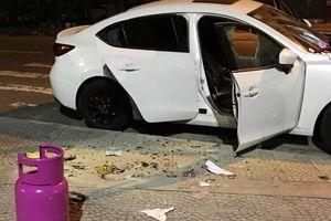 Bị đuổi khỏi quán bar, gã côn đồ đập phá ô tô, cướp xe máy của tài xế GrabBike