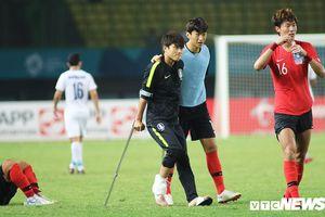 Cầu thủ Hàn Quốc bật khóc, chống nạng vào sân ăn mừng chiến thắng