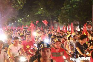 Clip: CĐV nhuộm đỏ đường phố, hừng hực ăn mừng chiến thắng lịch sử của Olympic Việt Nam