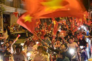 Người Sài Gòn mở nhạc 'quẩy' giữa đường lúc 2h sáng
