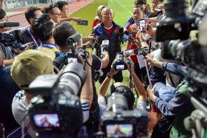 Phóng viên Hàn Quốc 'bao vây' buổi tập của Olympic Việt Nam