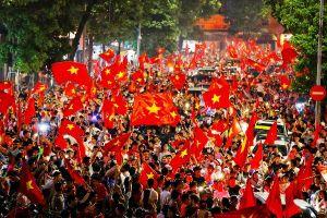 Hậu chiến thắng U23 Việt Nam: Dòng người như thác cùng rừng cờ đỏ đổ về trung tâm Hà Nội