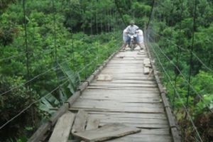 'Thấp thỏm' cầu treo mùa mưa lũ