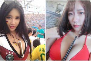 Mẫu nữ dùng vòng 1 kẹp điện thoại giống hot girl World Cup mong đổi đời