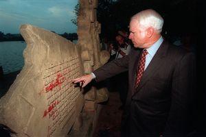 Ảnh khó quên về chuyến thăm Hà Nội năm 2000 của ông McCain