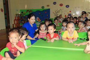 Khiển trách 5 cán bộ vụ các cô giáo quỳ khóc tại Thanh Chương, Nghệ An