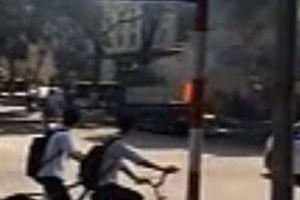 Tài xế liều lĩnh lái xe tải đang bốc cháy ngùn ngụt giữa phố
