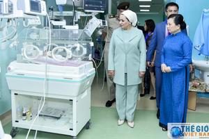 Phu nhân Chủ tịch nước thăm và tặng quà tại bệnh viện nhi quân đội Ai Cập