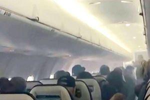 Điện thoại bốc khói mù mịt trên máy bay khiến hành khách hoảng sợ