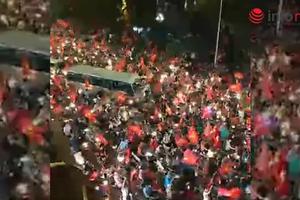 Người hâm mộ đi ''bão'' giữa đêm sau trận thắng của Olympic Việt Nam trước Syria tại tứ kết ASIAD 2018