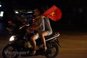 Hồ Gươm 'nóng rực' sau chiến thắng lịch sử của Olympic Việt Nam