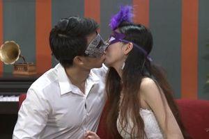 Gameshow 'Date & Kiss - Hôn trước yêu sau' dừng phát sóng vì phản cảm